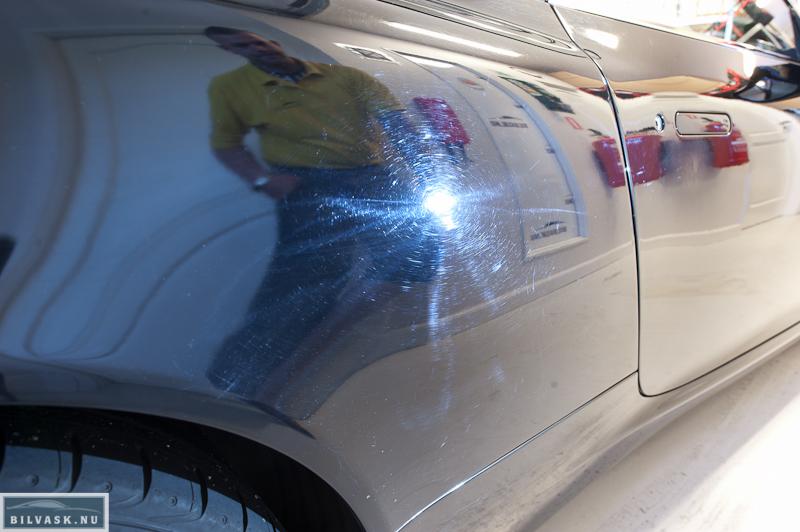 Aston Martin bagskærm med vaskeridser inden polering