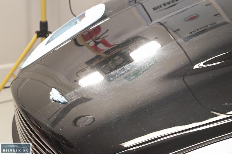Aston Martin forklap med poleret halvdel af forklap