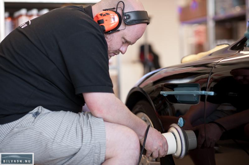 Forskærm poleres på Aston Martin