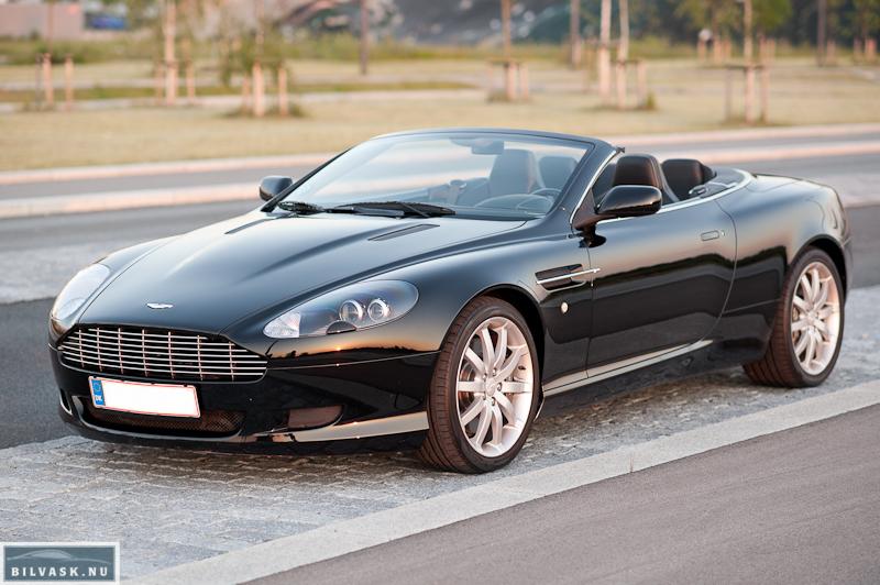 Aston Martin skråt fra siden efter billede