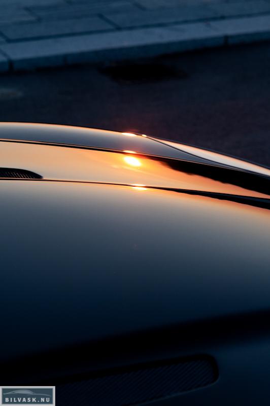 Aston Martin forklap med solnedgang