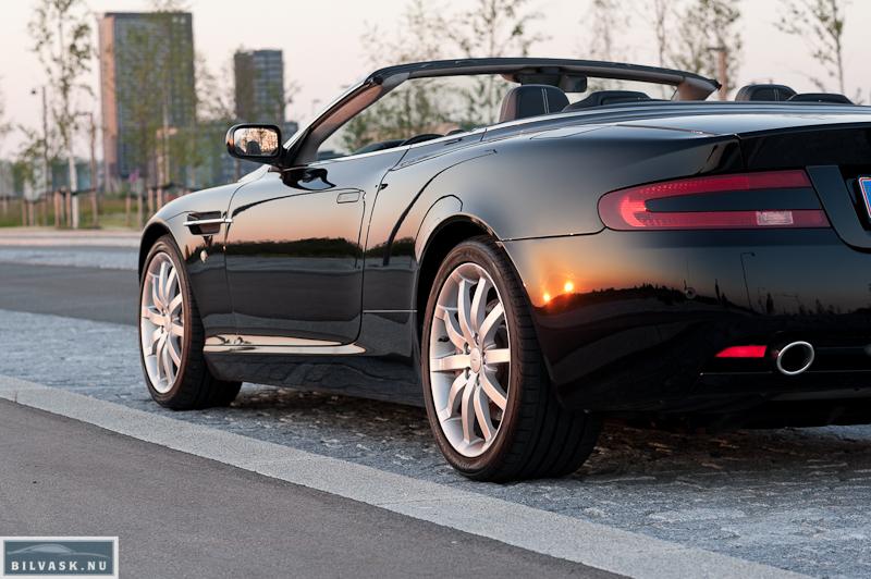 Aston Martin skråt bagfra fokus på siden efter Karma Car Care polering